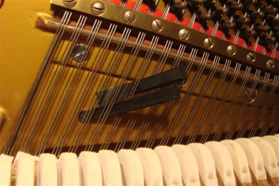 Muting of a three string string-set in the middle region (piano)