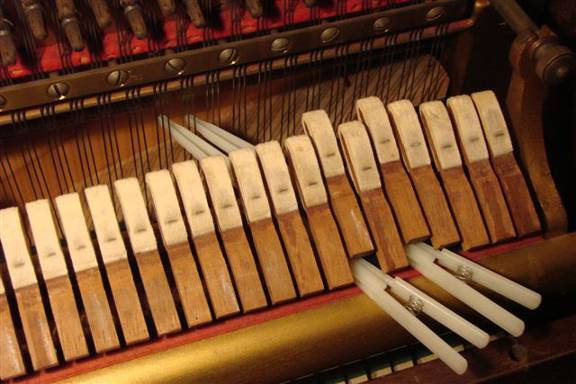 Muting of a three string string-set in the highest octave (piano)